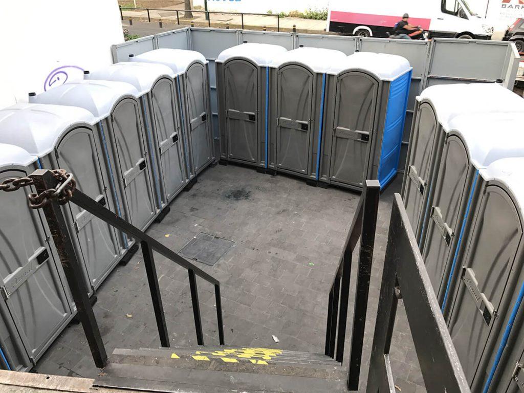 por qué rentar sanitarios portátiles en una construcción