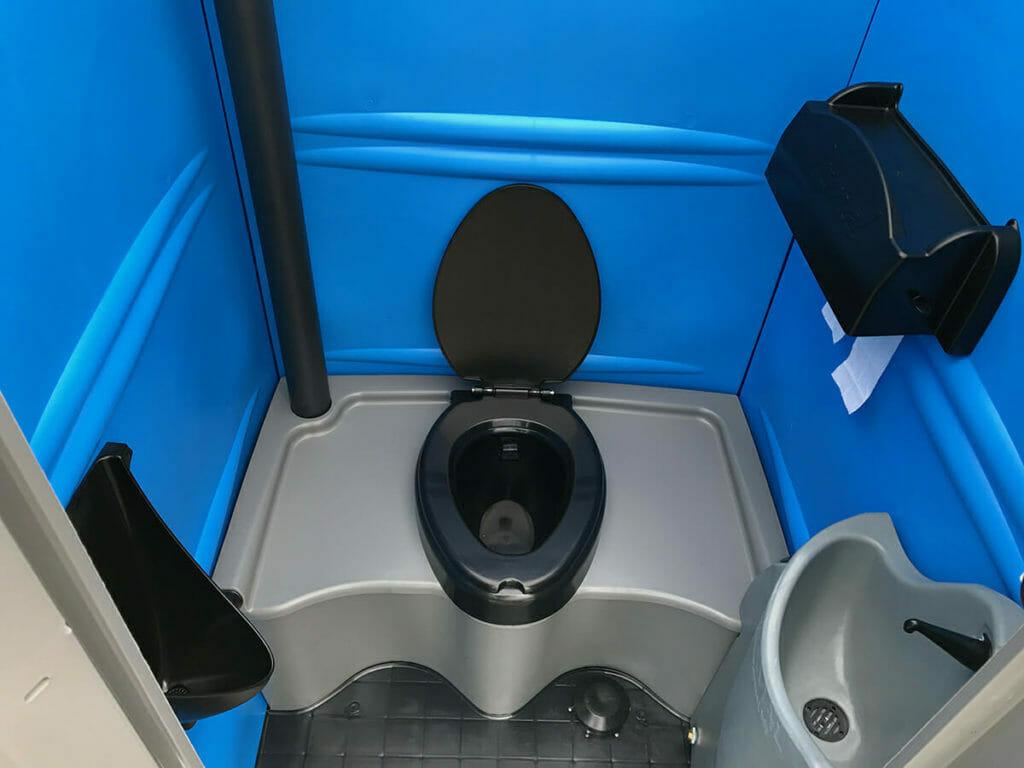 por qué rentar baños portátiles en una construcción